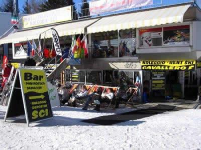 Skiverhuur winkel Noleggio Sci Cavallero, Marilleva 1400 in International Bar - Marilleva 1400