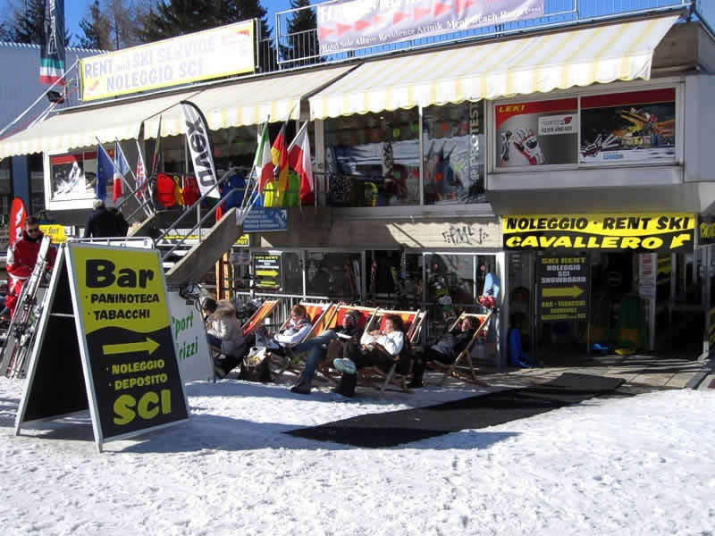 Skiverhuur winkel Noleggio Sci Cavallero, International Bar - Marilleva 1400 in Marilleva 1400