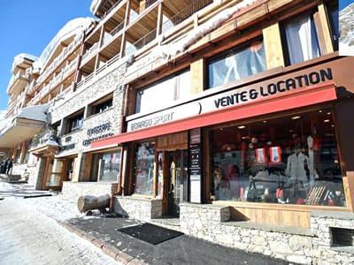 Skiverhuur winkel BORASO SPORT, Val d Isere in Place des Dolomites