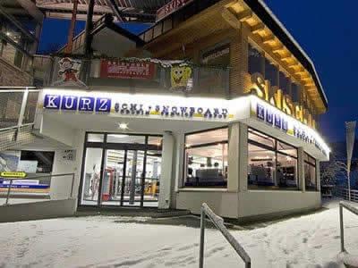 Skiverhuur winkel Skiverleih Kurz, Hopfgarten im Brixental in Talstation Bergbahn Hopfgarten