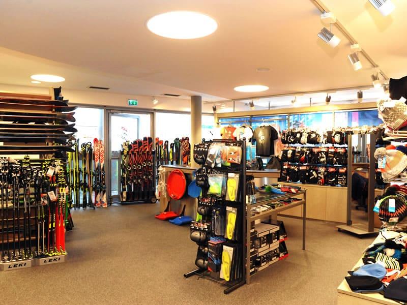 Skiverhuur winkel Check In, Talstation Schattbergbahn in Saalbach